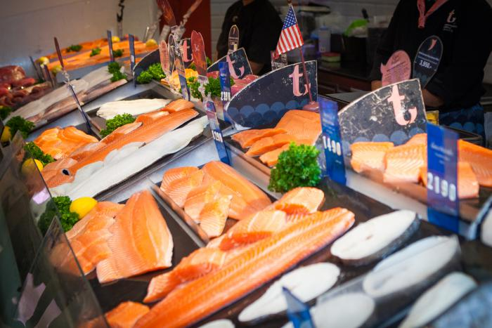 Fresh U.S. seafood available for customers to purchase at Gourmet Market in the Siam Paragon shopping complex in Bangkok. Top quality U.S. seafood is recognized in Thailand for being sustainably